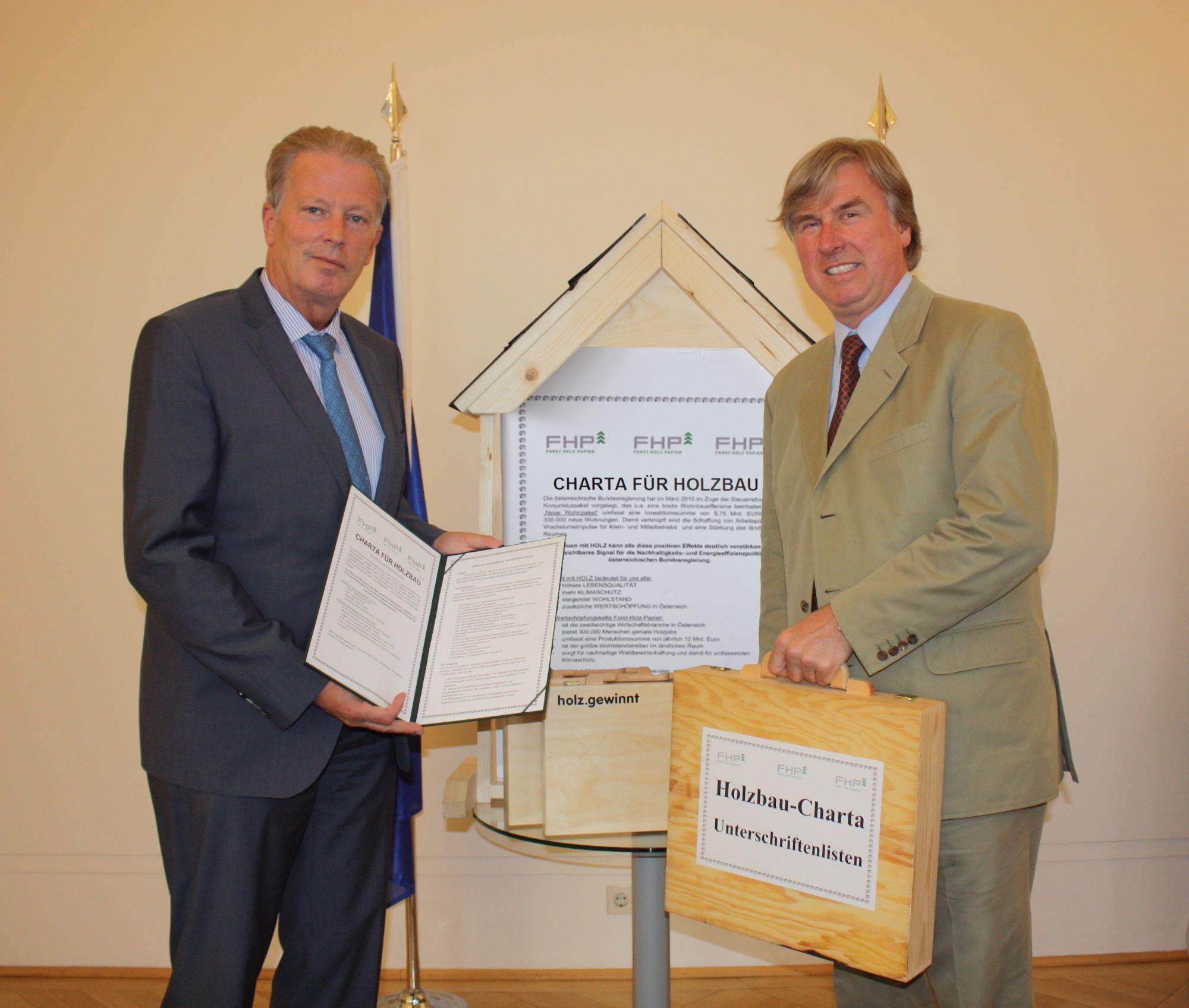 Vizekanzler Mitterlehner empfängt die Unterstützungserklärungen zur Holzbaucharta von FHP Vorsitzendem Starhemberg