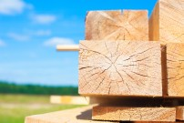 Pile of wood on the ground and on store shelves © el.rudakova / Fotolia