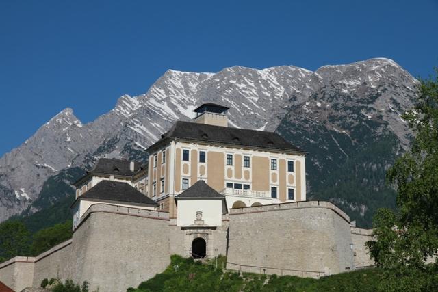 Schloss Trautenfels mit Grimming © Katharina Krenn