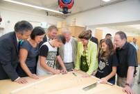 Vertreter der Holzwertschöpfungskette, Landesschulratspräsidentin Elisabeth Meixner und Stadtrat Kurt Hohensinner besuchen die SchülerInnen in der neuen Holz-Werkstätte.