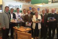 FHP-Vorsitzender Rudolf Rosenstatter (Mitte) mit Messepräsidentin Dr. Maria-Luise Mathiaschitz